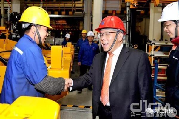广西柳工集团有限公司董事长曾光安慰问装配厂工程师