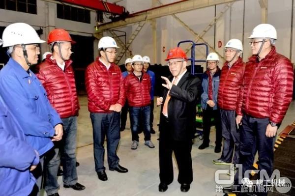 """柳工集团领导前往装配工厂祝贺,并亲切看望和慰问在装配线上的全体""""将士""""。"""