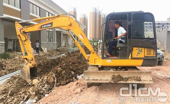 雷沃挖掘机施工现场