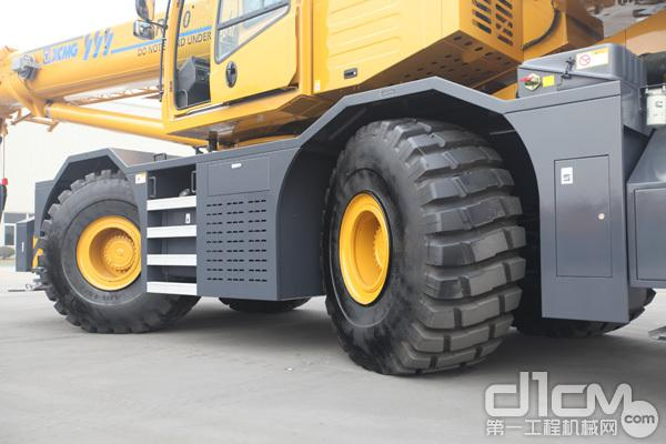 徐工RT70U越野轮胎起重机的行走装置