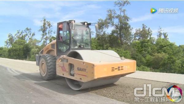 东帝汶当地员工拉里洛驾驶三一压路机工作