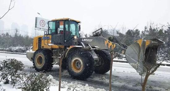 风雪中的温暖 徐工装载机常伴左右