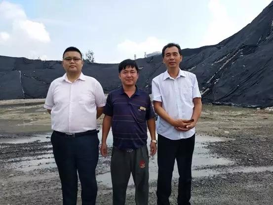 银水集团挖掘机操作手于健(中)与冀东建工服务经理冯永刚(右)及雷沃厂家人员合影留念