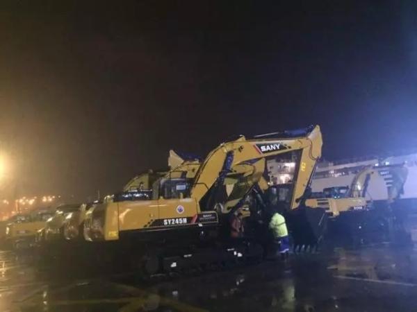 三一挖掘机在上海港集港等待装船