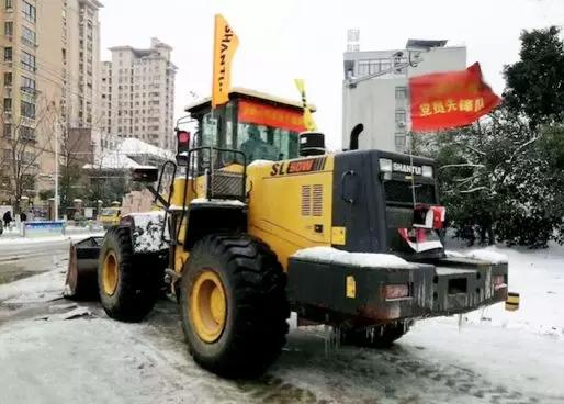 山推<a href=http://product.d1cm.com/zhuangzaiji/ target=_blank>装载机</a>助力除雪