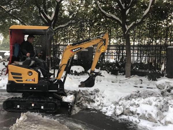 南京街头一微挖司机驾驶三一SY16C除雪