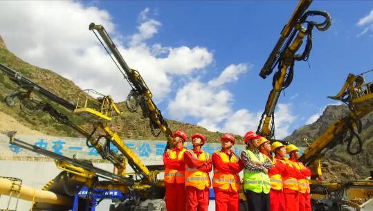 该工程施工距离长,涌水量大,高地应力,而且经过天山寒区,施工综合难度大前所未有。施工方中交一公局五公司通过采用安百拓(阿特拉斯科普柯)Boomer XL3D三臂掘进凿岩台车,不但有效确保了工期进度,而且最大限度地保证了施工人员的安全。 让我们近距离了解一下Boomer XL3D是如何做到的呢? 此视频由中交一公局五公司拍摄制作 在此特别感谢其对 安百拓(阿特拉斯科普柯集团旗下)的信任 责任编辑:Keyi