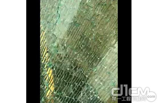 网友挖掘机驾驶室的玻璃碎了