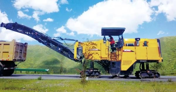 徐工2米大型铣刨机青藏高原显大任