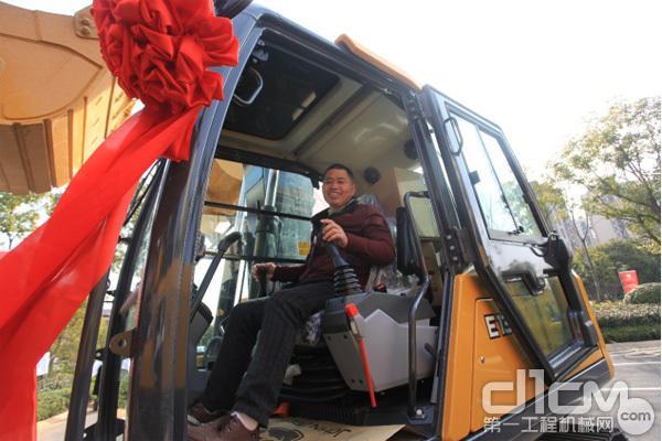 客户争相体验约翰迪尔新款<a href=http://product.d1cm.com/wajueji/ target=_blank>挖掘机</a>E130