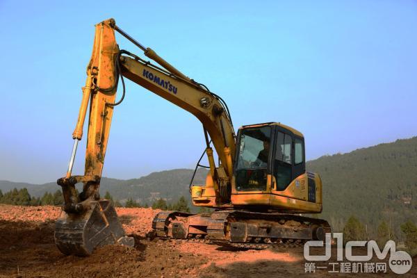 赵从志的小松挖掘机主要在乡村道路、农田水利、土地整改进行挖掘施工