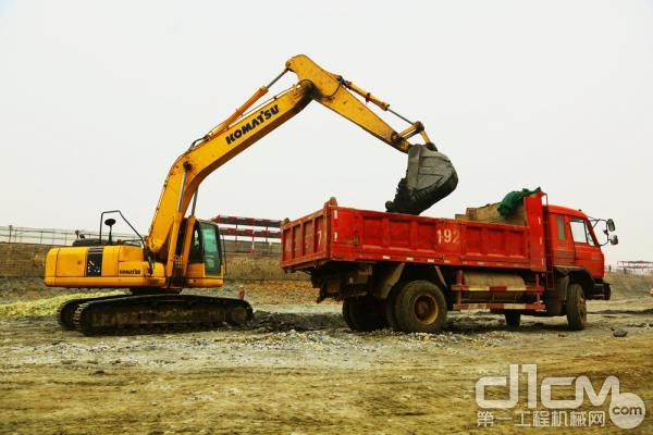 2009年年底,钟老板购买1台20吨级小松-8型挖掘机