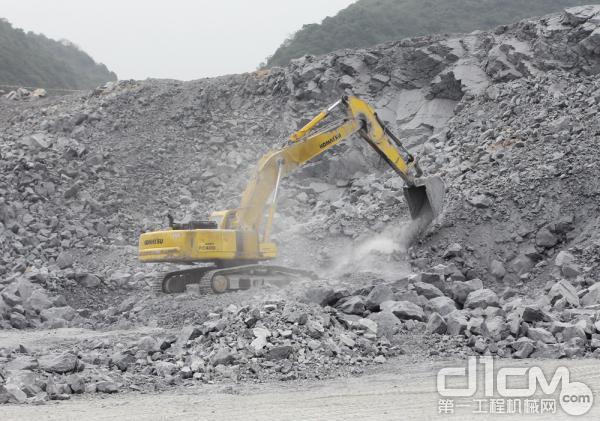 小松PC400-7<a href=http://product.d1cm.com/wajueji/ target=_blank>挖掘机</a>从事矿石开采破碎作业