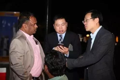 徐工海外商务人员和与会来宾就商务合作事宜亲切交流