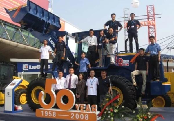 十年前越南团队与总部支持人员越南参展合影