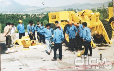 图1,时任公司党委书记王书记亲临现场,指导产品拆卸进行集装箱运输