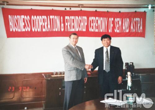 上图左1,时任公司总经理杨英根,与海外代理商签署合作协议
