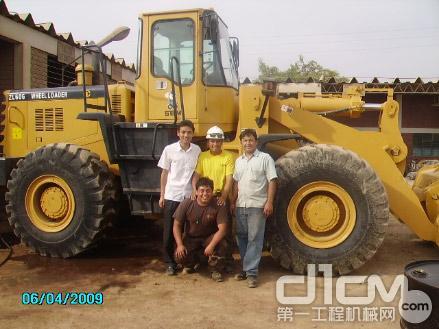在秘鲁与客户合影 背景是一年工作时间超6000小时的ZL60G