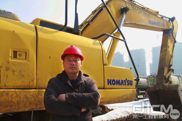 2004年,江涛购买第1台小松挖掘机
