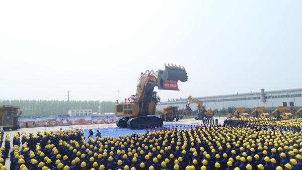 徐工700吨液压挖掘机 震撼下线
