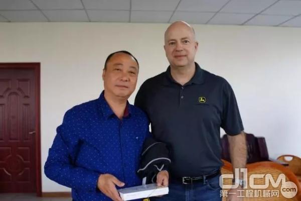 约翰迪尔工程机械全球设备总监道格·梅尔给受访客户赠送小礼物