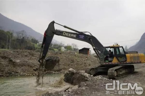 约翰迪尔挖掘机在施工现场
