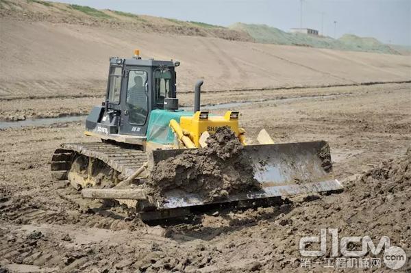 山推SD16TL湿地型推土机在河道内作业