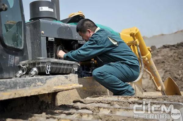 山推服务人员为客户检修设备并清理滤芯