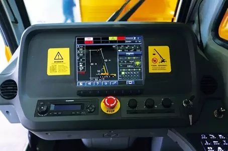 配备大镜面显示屏,行驶信息通过虚拟仪表界面显示。