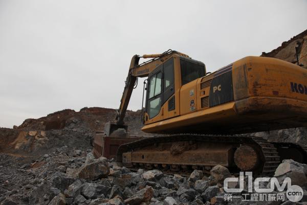该设备在某水泥厂的矿石原料场工作,负责采石装车
