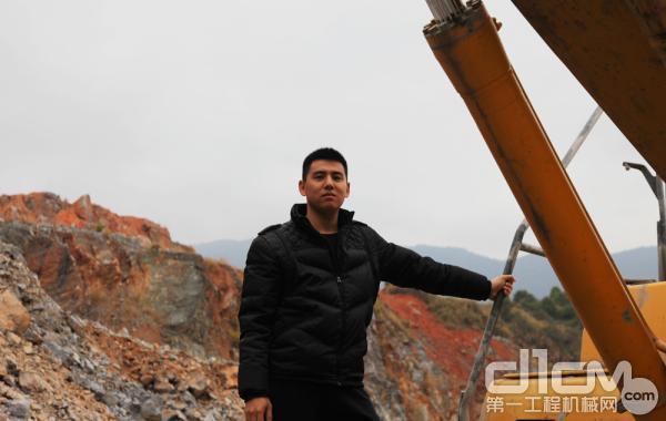 小松挖掘机用户郑世雄 刚满30岁的80后