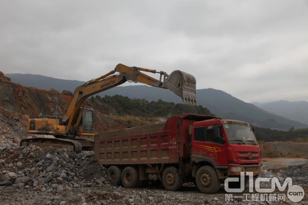 小松挖掘机现场采石装车场面