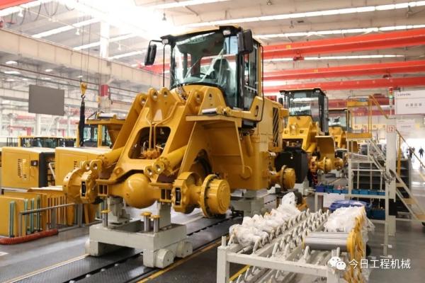 雷沃装载机生产线