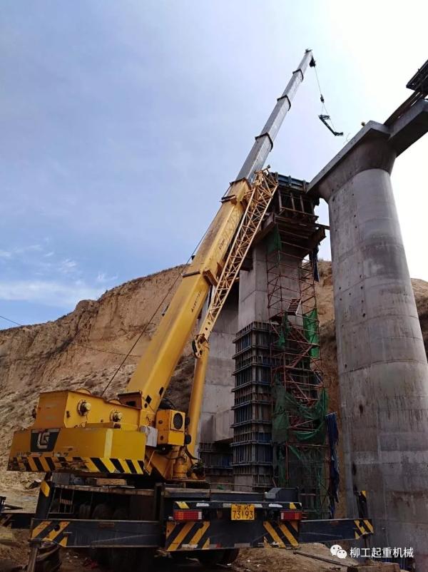 柳工起重机护航内蒙铁路建设
