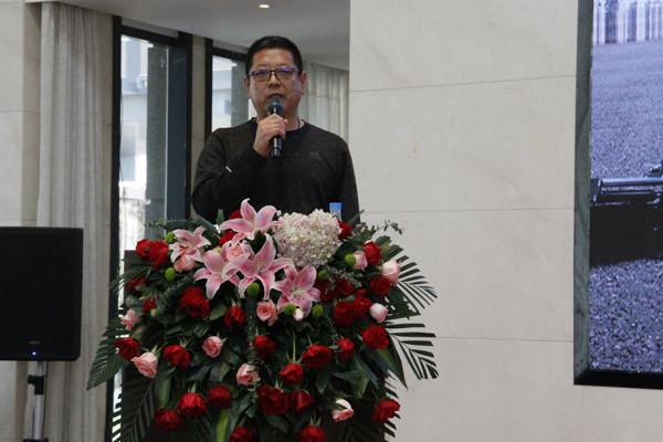 ▲客户代表龙海路桥负责人上台分享与中联重科的合作故事