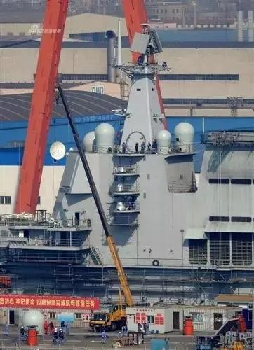徐工起重机助力001A航母通讯设备安装