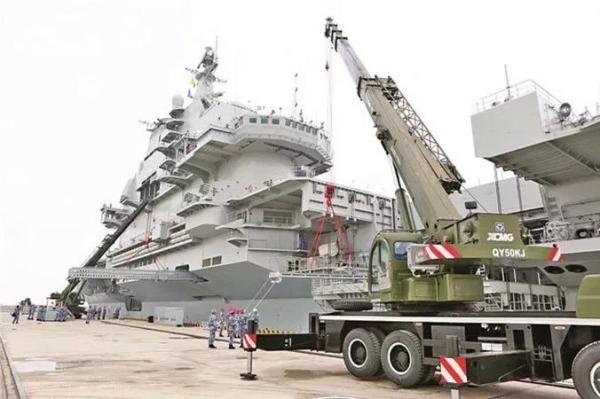 徐工起重机参与辽宁舰航母建设