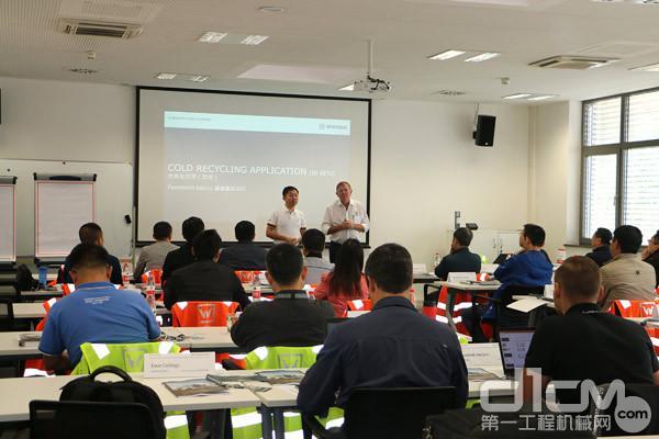 南非朗顿<a href=http://news.d1cm.com target=_blank>资讯</a>集团的再生顾问Dave Colling先生与维特根再生高级产品经理韩海红一起为参会人员讲解路面再生的系统理论