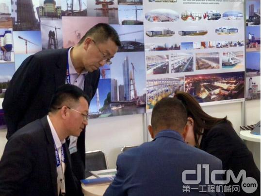 客户在方圆展台与技术人员交流