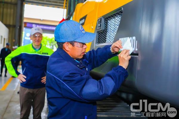 沃尔沃建筑设备(中国)有限公司总裁李岩为第30000台设备粘贴标号