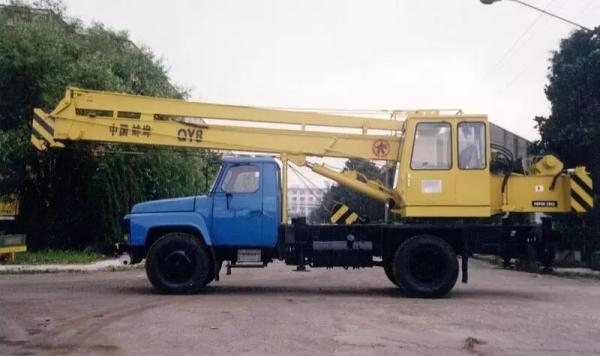 1975年,蚌埠起重机厂第一台QY-8液压起重机成功下线