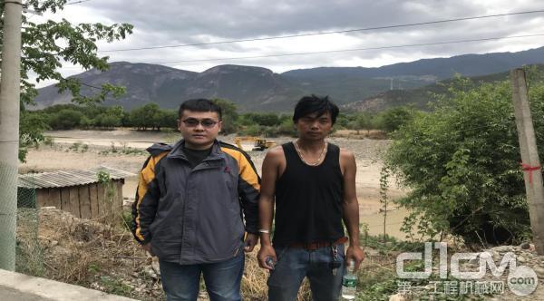 临工挖掘机用户马丽军(右)