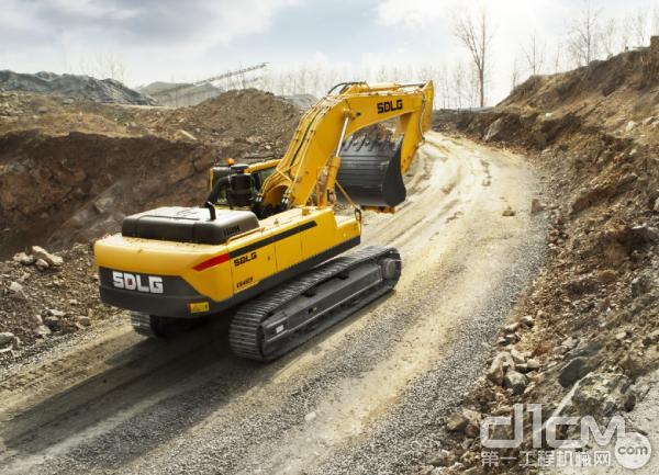 图为:正在工地运行的山东临工大挖E6460F
