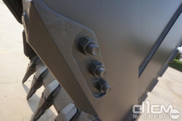 图为:重载动臂、加强型拉杆和加强型的挖斗