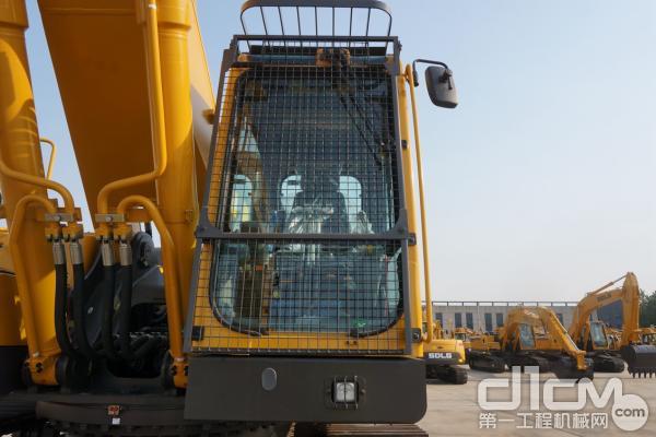 图为:驾驶室前挡风玻璃上、下部标配防护网