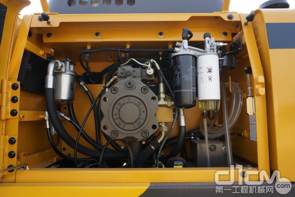 图为:右机罩集中布置了油类滤清器、主泵测压口、燃油加油泵