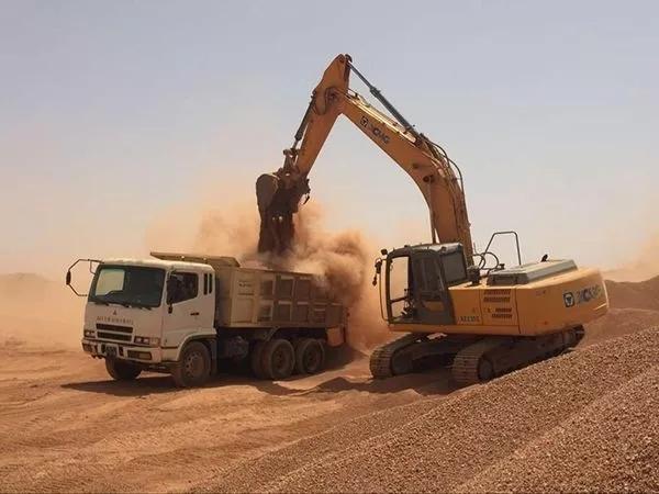 徐工挖掘机在沙漠中施工