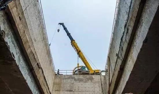 深圳地铁建设吊装施工