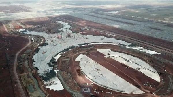 通过无人机拍摄的机场远景照片,徐工金在施工现场金熠熠生辉