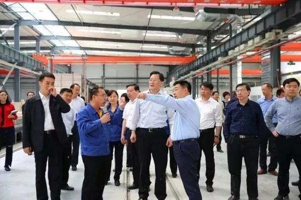 徐州市委常委王强在公司总经理杨东升和陈登民的陪同下进行现场参观